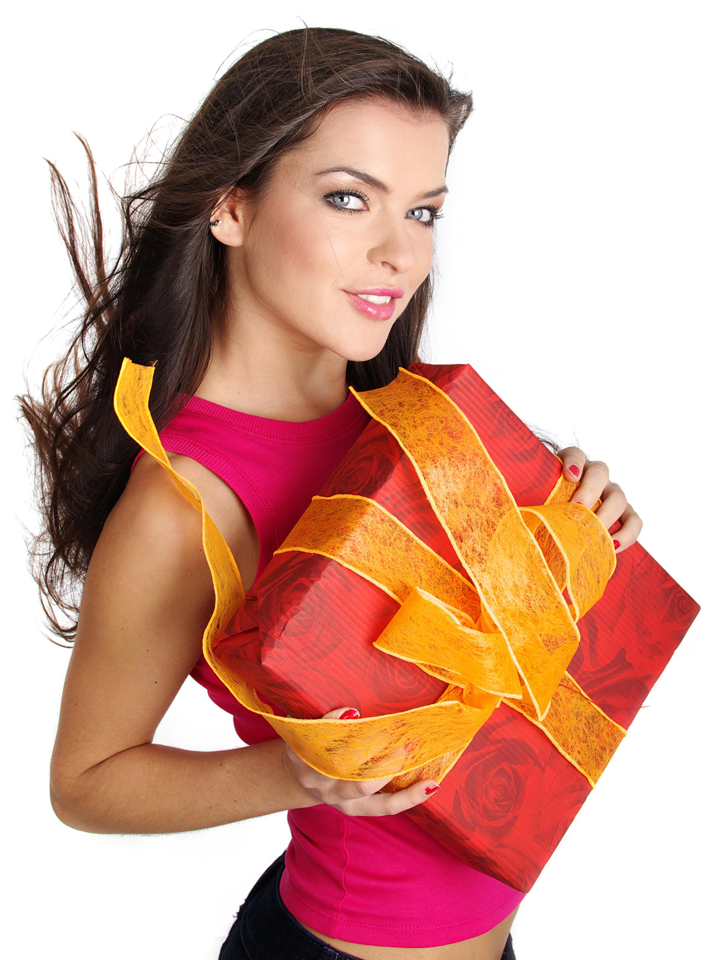 Красивая девушка с подарком в руках фото